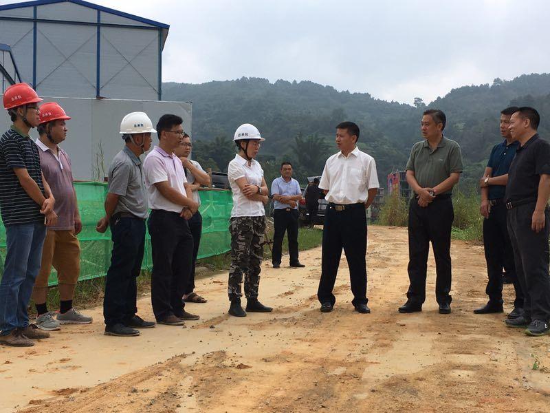 黄贤昌书记向项目部询问工程进展情况和存在困难.jpg