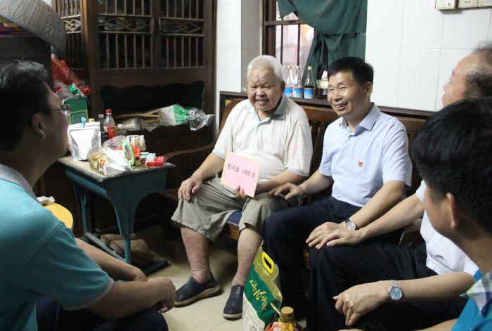 与退休老党员劳仕香围坐在一起交流.jpg