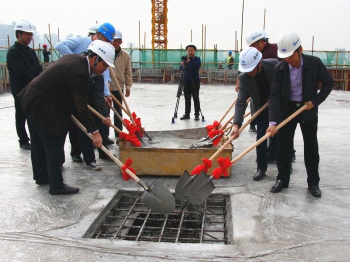 2各公司代表将最后一铲混凝土浇筑。王莹摄。.jpg